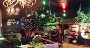 Keskusteluja Bar No Namessa kesällä 2015. Kuva: Risto Hietala