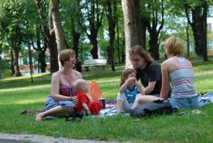 Keskusteluja ensimmäisellä Puistofilosofia-viikolla heinäkuussa 2010. Kuva: Ilkka Huuhka.