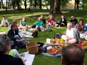 Keskustelu puistossa kesällä 2015. Kuva: Pauli Nieminen