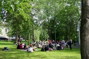 Keskusteluja puistossa kesällä 2015. Kuva: Risto Hietala.