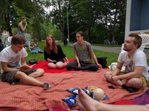 Innoittavaa keskustelua puistossa kesällä 2016.