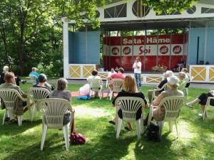 Keskusteluja puistossa kesällä 2016. Kuva: Sirpa Sarin.
