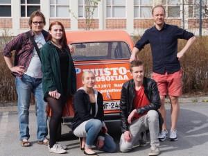 Ikaalisten yhteiskoulun lukion filosofian opiskelijoita opettajansa Timo Vuorelan (oik.) kanssa. Kuva: Pauli Nieminen.