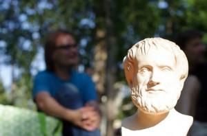Aristoteles ottaa aurinkokylpyjä + 26 astetta celsiusta.