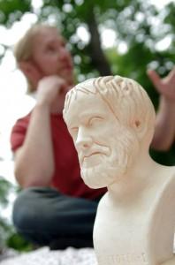 Antti alustaa, Aristoteles vahtii...